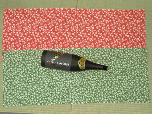 日本手ぬぐいで一升瓶の包み方02