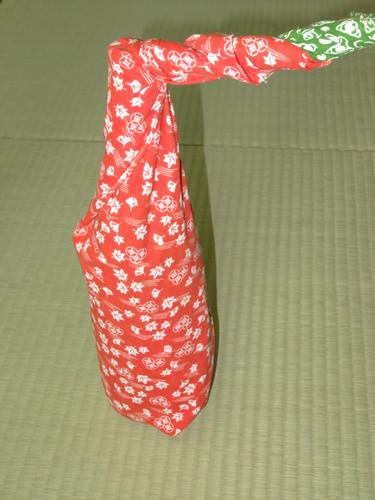 日本手ぬぐいで一升瓶の包み方07